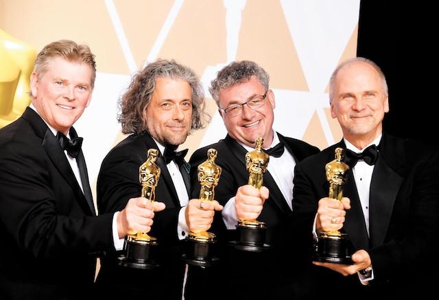 Richard R. Hoover du studio montréalais Framestore, Paul Lambert, Gerd Nefzer, et John Nelson sont repartis avec l'Oscar des meilleurs effets visuels pour le <i>Blade Runner</i> de Denis Villeneuve. Le film a également décroché l'Oscar de la meilleure direction photo.