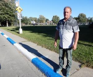 Roger Beauchamp habite sur la rue Rivard, à Laval, soit l'un des endroits touchés par le marquage bleu et blanc. L'homme affirme que les automobilistes ne roulent pas moins vite dans son quartier depuis l'apparition des bandes de couleurs contrastantes.