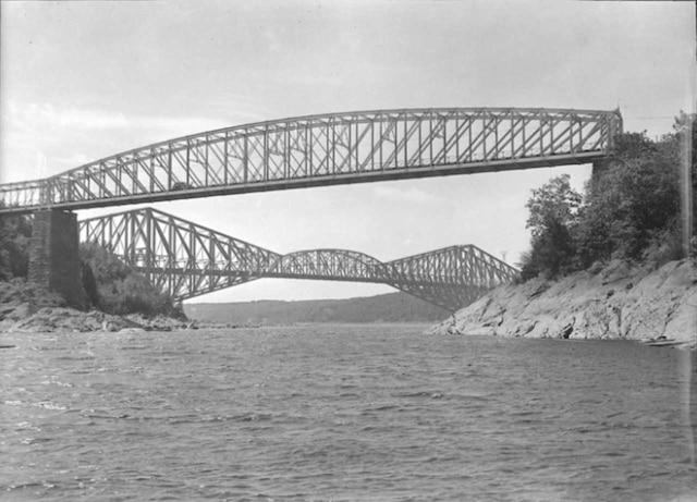 Le pont de Québec et le pont Garneau  au bassin de la Chaudière en 1944.