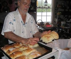 Depuis le début des années 1980, Léandre Bergeron vend du pain pour réussir à avoir un petit revenu lui permettant de vivre simplement en Abitibi.