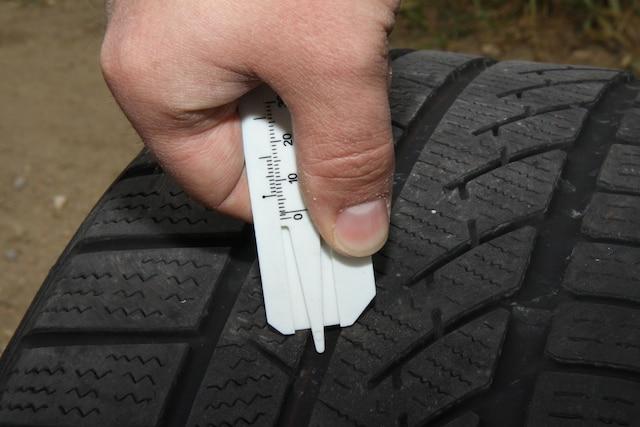 Lorsque le mécanicien effectue le changement de vos pneumatiques, n'hésitez pas à lui demander d'évaluer le degré d'usure de vos pneus d'hiver.