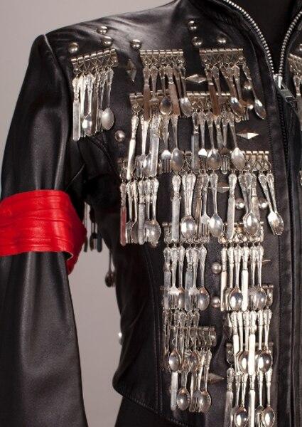 Le bandeau sur le bras, c'était pour identifier MichaelJackson parmi ses danseurs.