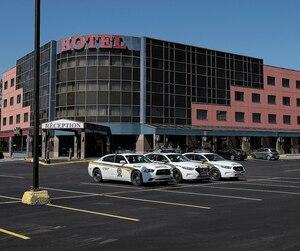 Les véhicules policiers sont nombreux à sillonner les environs de Beauport. Ces trois autopatrouilles étaient postées devant l'Hôtel Ambassadeur, hier, sur le boulevard Sainte-Anne.