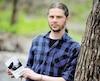Quatre ans après la mort de son fils, l'auteur, photographe et ethnologue Pascal Huot s'est réfugié dans le bois pour enfin extérioriser ce qu'il vivait. C'est de ces textes écrits « les doigts gelés » qu'est né Mistral en hiver, recueil de poésie d'un père qui vit le pire des drames.