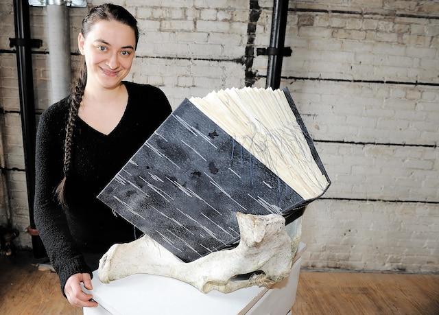 Anne Plourde travaille avec les reliures.