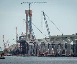 Les grues du chantier du nouveau pont Champlain, à Montréal, dimanche le 17 juin 2018.