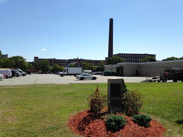 Ce qu'il reste du quartier Little Canadaaujourd'hui. L'immeuble où a grandi Louis Cyr se trouvait à l'emplacement de cestationnement. Depuis le succès du film sur Louis Cyr au Québec, la mairie deLowell songe à installer une plaque commémorative.