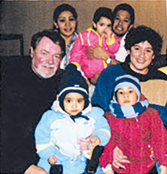 Jacques Lussier entouré d'une famille chilienne installée à Ste-Clotilde-de-Beauce.
