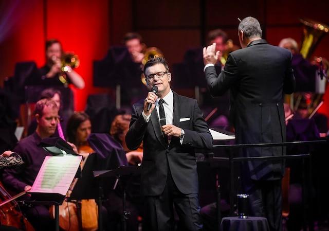 Avec classe et élégance, Roch Voisine a offert une vingtaine de pièces puisées dans son répertoire accompagné des quelque 60 musiciens de l'OSQ.