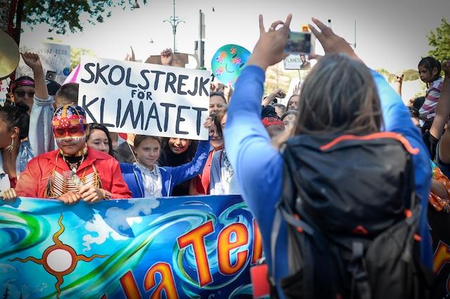 La grande manifestation pour le climat tenue dans les rues de Montréal a réuni des centaines de milliers de personnes soucieuses de l'environnement, dont la militante écologiste suédoise Greta Thunberg, le vendredi 27 septembre 2019. Sur la photo, Greta se fait prendre en photo par son père, Svante, avant le début de la marche. MAXIME DELAND/AGENCE QMI