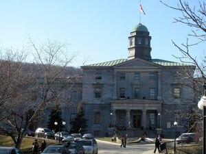 L'Université McGill offre plusieurs avantages à sa rectrice, notamment des allocations pour sa résidence et sa voiture.