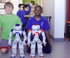 Philippe et Peterly, deux élèves de cinquième année de l'école primaire Paul-Jarry à Montréal, ont programmé le robot Nao dans le cadre d'un projet de recherche mené par Thierry Karsenti, de l'Université de Montréal.