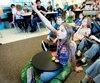 La classe est disposée de façon à ce que les élèves qui souhaitent travailler par terre puissent le faire.