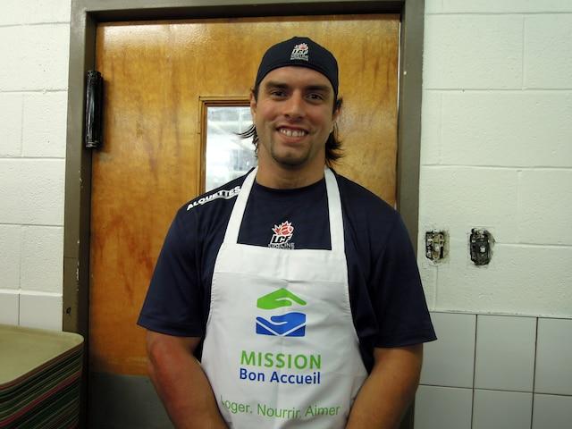Nicolas Boulay est prêt à servir le repas.