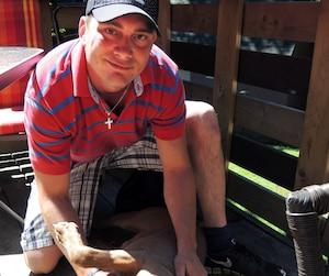 Jonathan Tremblay et son pitbull Snyper, qu'il qualifie de « gros bébé ».