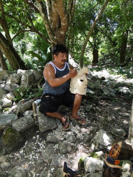 Sur le site de Chichen Itza, au Mexique, de nombreux descendants mayas tiennent des échoppes où ils vendent leurs produits. On peut même en observer certains au travail.