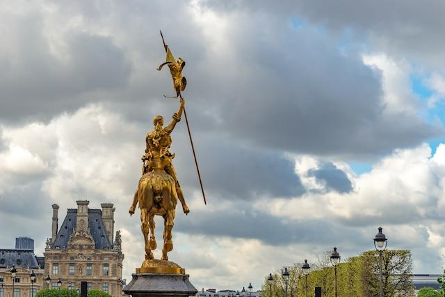 Dans l'atmosphère funeste des lendemains d'attentat, je suis allé revoir le symbole par excellence de la résistance à l'ennemi: Jeanne d'Arc, dont cette magnifique sculpture nous fait mesurer l'écart entre le statuaire parisien extraordinaire et celui de Montréal, minable et mal entretenu.