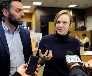 Catherine Dorion était à Québec aux côtés du candidat Olivier Bolduc pour deux blitz de mobilisation ce week-end. On les voit ici dans le local électoral de Jean-Talon.