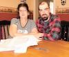 Diane Monette et son fils Marc-Alexandre Gaudreau derrière des piles de demandes faites pour le sortir de cette situation.