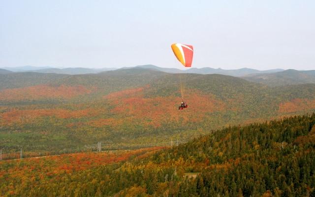 L'automne, vu du ciel   Que diriez-vous de décoller, au sommet du mont Sainte-Anne, pour une envolée en parapente d'une quinzaine de minutes? Entre ciel et terre, vous profiterez de vues imprenables sur la côte de Beaupré, le fleuve Saint-Laurent, l'île d'Orléans et les montagnes des Laurentides.Offert par l'école de parapente Aerostyle, ce vol d'initiation, qui se fait en compagnie d'un instructeur, n'exige aucune expérience. Vous devez simplement porter des bottes de randonnée (ou des souliers de course), être vêtu selon les conditions atmosphériques et avoir le sourire aux lèvres.Du 21 septembre au 14 octobre, c'est aussi la Grande Virée des couleurs au mont Sainte-Anne. Une panoplie d'activités se déroule au pied comme au sommet de la montagne. Info: aerostyle.ca et mont-sainte-anne.com