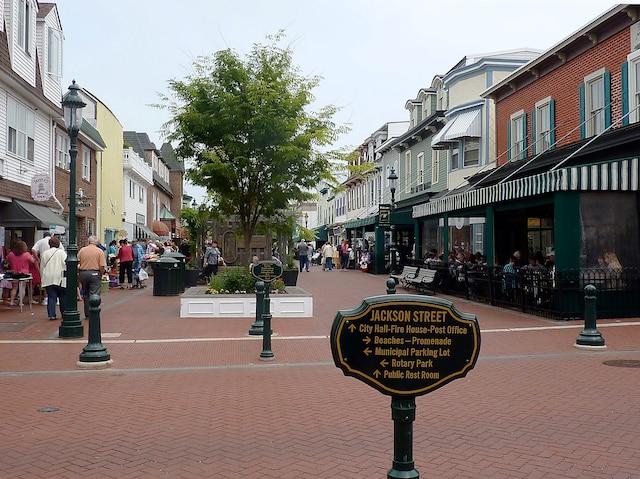 La rue Jackson déborde de petites  boutiques et de jolis restos.