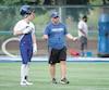 L'entraîneur des Carabins, Danny Maciocia, préparant ses joueurs au camp d'entraînement.