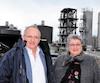 Michel Lagacé, président de la SEMER, pose avec Sylvie Vignet, mairesse de la Ville de Rivière-du-Loup, devant l'usine de biométhanisation mise en exploitation en 2015.