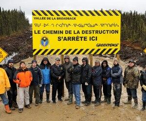 Les Cris et Greenpeace ont érigé une barricade au milieu du chemin forestier à 6km au sud de la rivière Broadback pour protéger un territoire où ils réclament la création d'une aire protégée de 13 000 km2.