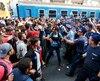 Des migrants font face aux policiers hongrois, à Budapest.
