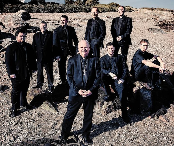 La carrière inattendue de huit prêtres du Québec