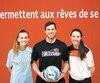 Emma Donovan et Julia Mahoney entourent le responsable du programme de soccer du Blizzard du Séminaire Saint-François, Guillaume Lessard.