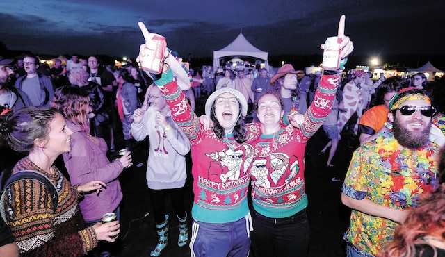 Le mauvais temps de samedi soir n'a pas ralenti ces festivalières, qui avaient revêtu leurs chandails de Noël en ce début d'été.
