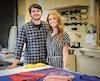 Les deux jeunes entrepreneurs Arthur Hébert et Gabrielle Brodeur dans l'atelier de fabrication de maillots de bain Monicano.