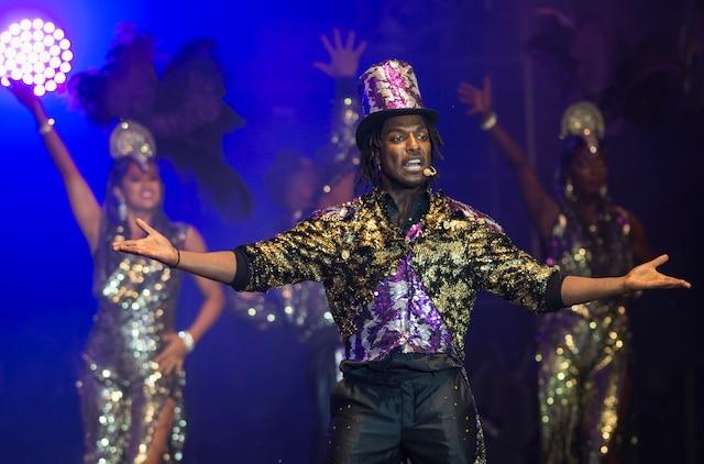 Appuyé par quelque 200 danseurs, Gardy Fury a revisité certaines des plus grandes comédies musicales vendredi soir, devant une Place des festivals pleine à craquer.