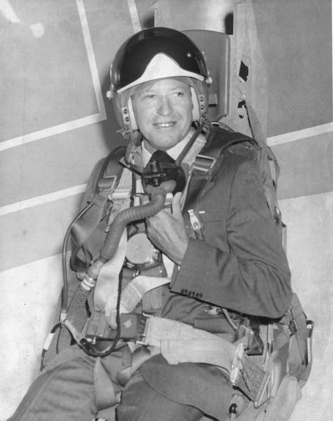 L'ex-maire de Québec, Gilles Lamontagne, alors qu'il était ministre de la Défense nationale en 1980.