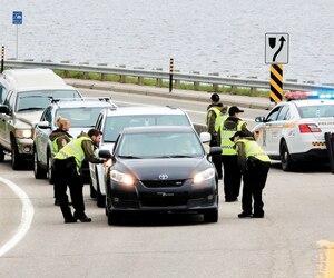 De nombreux policiers de la Sûreté du Québec contrôlent depuis hier les neuf points d'entrée de la «zone verte», un périmètre d'une vingtaine de kilomètres carrés dans les environs du Manoir Richelieu.