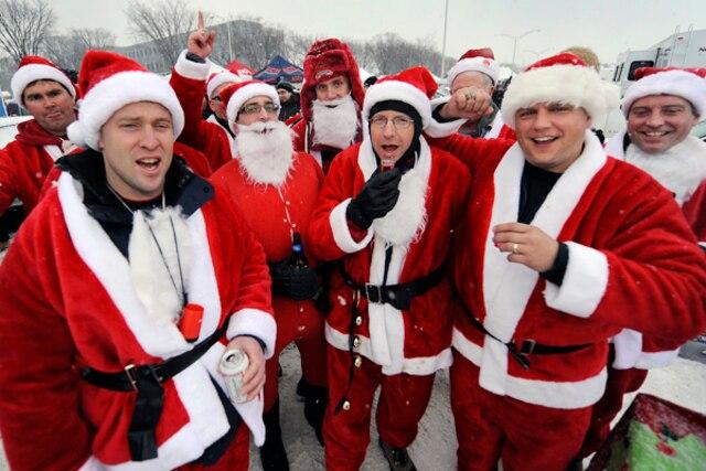 Des pères Noël sont venus d'Ottawa pour assister à la Coupe Vanier.