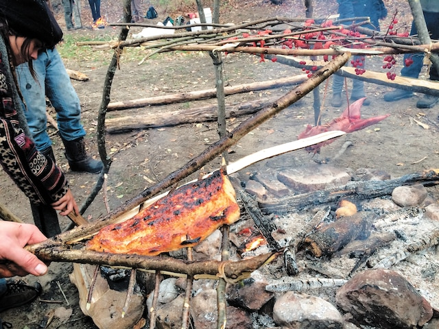 Cet outil fabriqué avec des branches de bois vert permet de griller le poisson sur le feu sans qu'il ne se défasse.