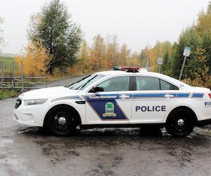 Cette voiture protégeait la scène où ont été retrouvées les dépouilles de Steve Lamy et de Jean-Christophe Gilbertdans un véhicule incendié, en octobre, à Trois-Rivières.