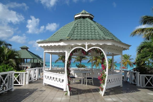 Comme dans beaucoup d'îles, les complexes hôteliers d'Antigua offrent la possibilité d'y célébrer votre mariage. Cette chapelle ne peut pas être plus idyllique pour une telle occasion.