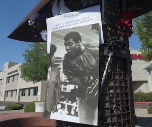 Affiche posée à l'extérieur de l'hôpital où le boxeur est décédé.