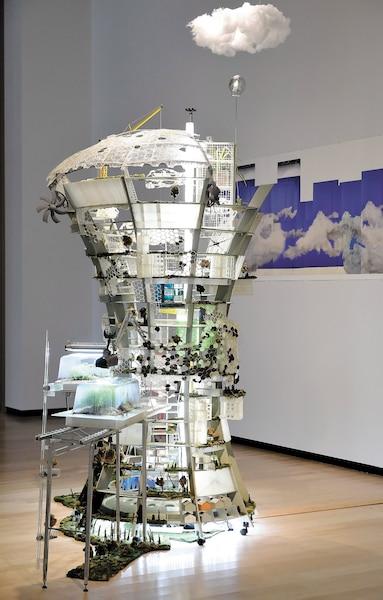 Daniel Corbeil a fabriqué, entre les années 2012 et 2018, une tour végétale de huit pieds de haut qui représente une ville du futur autonome, évolutive et modulable.