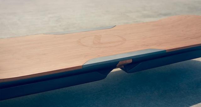 «Dans ce design typiquement Lexus, on retrouve le sigle de la compagnie et les mêmes matériaux utilisés dans les voitures de la marque, du high tech au bambou naturel.»