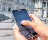 Le service téléphonique311 permet aux citoyens d'obtenir de l'information sur la Ville de Montréal, dont on voit l'hôtel de ville en arrière-plan, de déposer une requête pour certains services municipaux ou de déposer une plainte.