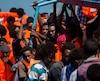 Des migrants attendent d'être secourus par l'Aquarius au large de la côte libyenne en 2017.