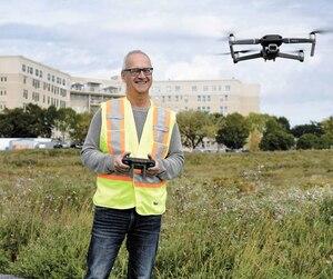 Après 33ans de services au ministère de l'Emploi et de la Solidarité sociale, JeanGaboury a quitté son emploi à 61 ans. Il s'est, depuis, découvert une nouvelle passion pour les drones.