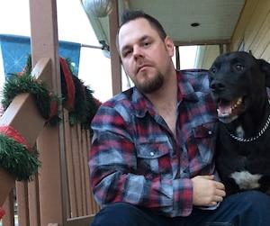 Edward Coughlin estime que si son chien Willy a survécu aux projectiles d'arme à feu d'un policier, c'est parce qu'il est un pitbull.
