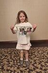 Florence Carrier, six ans, invite les gens à participer au Service des plaques porte-clés.