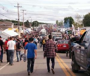 Deuxième journée du Festival western de St-Tite, à Saint-Tite, le samedi 6 septembre 2014. Sur la photo, une des rues de Saint-Tite le samedi soir 6 septembre 2014 vers 17h. YVES CHARLEBOIS/AGENCE QMI