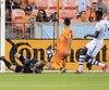 Mauro Manotas du Dynamo a battu Evan Bush dans les dernières minutes du match de samedi dernier face à l'Impact.
